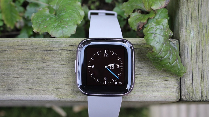 Fitbit Versa 3 mostrando la esfera del reloj