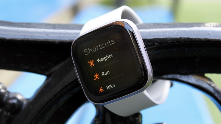 Fitbit Versa 2 mostrando modos de seguimiento deportivo