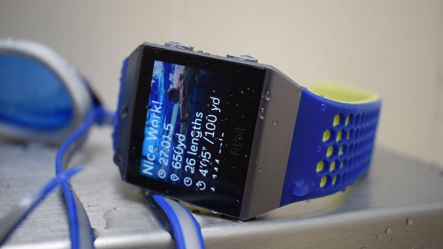 Nadar con Apple Watch Series 3 y Fitbit Ionic