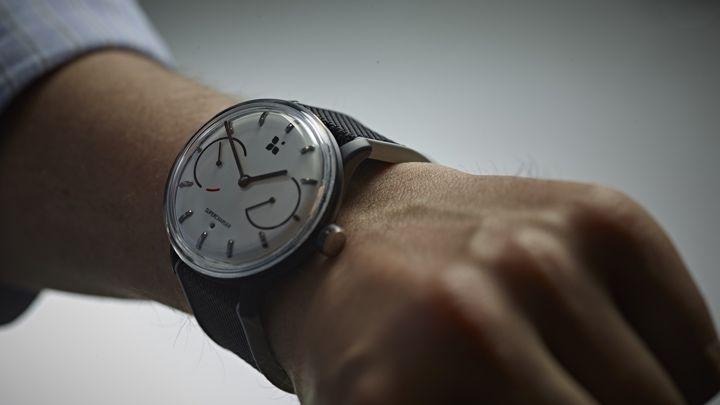 Conoce a Sequent, un reloj inteligente híbrido cinético que nunca necesita recargarse