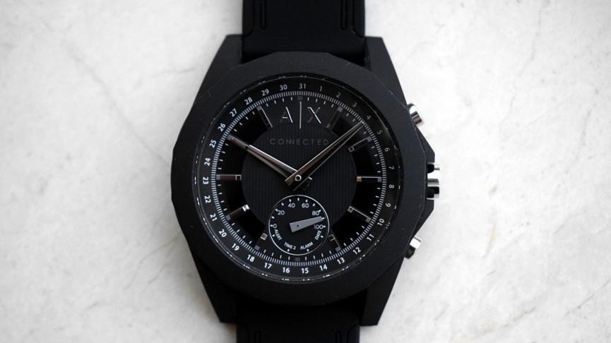 El primer reloj inteligente híbrido de Armani Exchange tiene una apariencia robusta y agradable